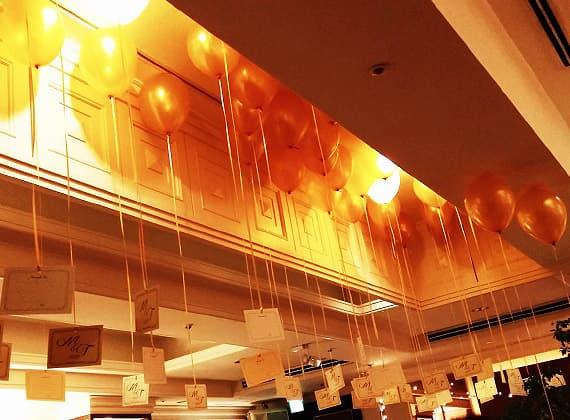 結婚式やパーティー、イベントで、バルーンを天井に浮かべて写真を取り付け