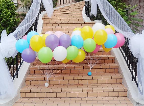 バルーンを結婚式やパーティーなどのイベントにヘリウムが入って浮いている状態で束にして納品します