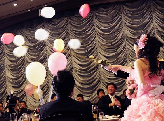 結婚式で、再入場後にテーブルを回ってバルーンスパーク