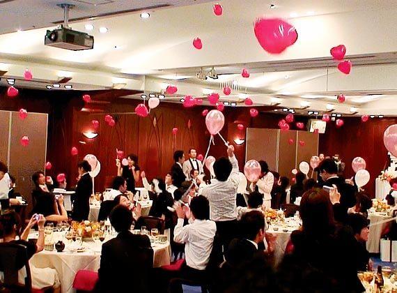 結婚式で、それぞれのテーブルの代表者がトーチを持って、司会者の掛け声で一斉にバルーンスパーク